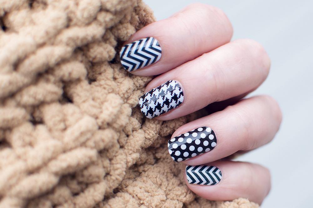 Jedni wzorki na paznokcie uwielbiają, drudzy - wręcz przeciwnie. Jeśli jesteś w tej pierwszej grupie, na pewno wiesz, jak wyczarować wzorki na paznokcie krok po kroku. Może podzielisz się swoimi trikami w komentarzu?