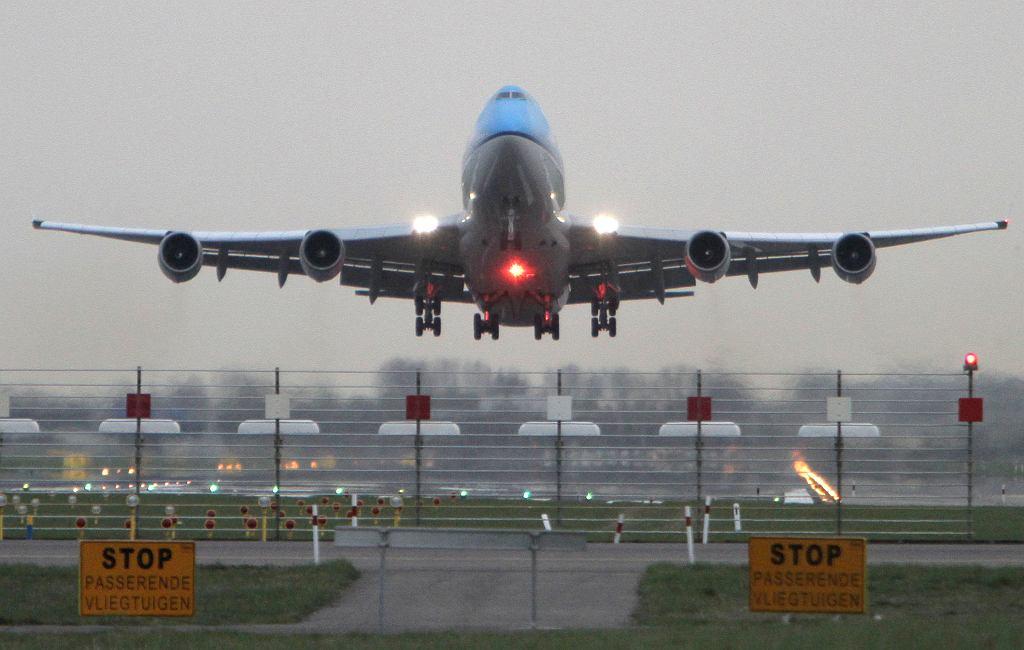 Pandemia koronawirusa zabija przemysł lotniczy. Wielkie straty, duże zwolnienia