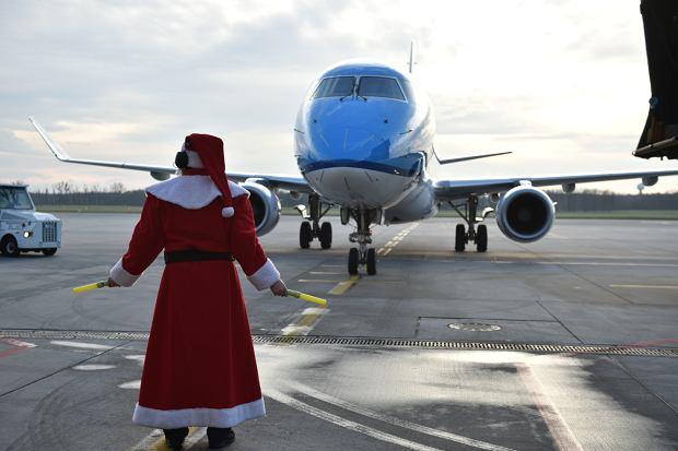Zdjęcie numer 6 w galerii - Niecodzienny widok na wrocławskim lotnisku. Pasażerów witali i żegnali mikołaje-marszałkowie [ZDJĘCIA]
