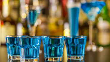 Kamikaze jest bardzo popularnym drinkiem podawanym najczęściej w formie shotów.
