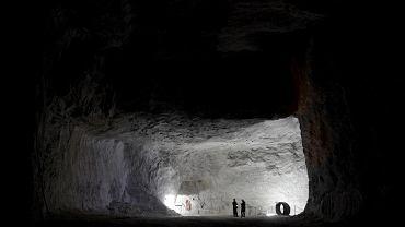 Podziemna trasa turystyczna, Kłodawa. Kopalnia Soli w Kłodawie oferuje zwiedzającym wiele atrakcji. Zjazd windą na poziom 600 m pod powierzchnią ziemi rozpoczyna wycieczkę po unikatowej trasie turystycznej, na której zobaczyć można m.in. wyeksploatowane komory, unikatowe stanowiska geologiczne, podziemną kaplicę itp.