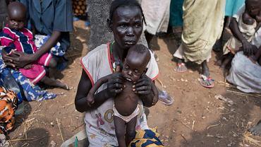 Abuk Garang i jej 7-miesięczy syn William Deng w drodze do punktu dystrybucji żywności