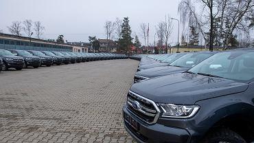 Samochody Ford Ranger podczas uroczystego przekazania w obecności ministra obrony