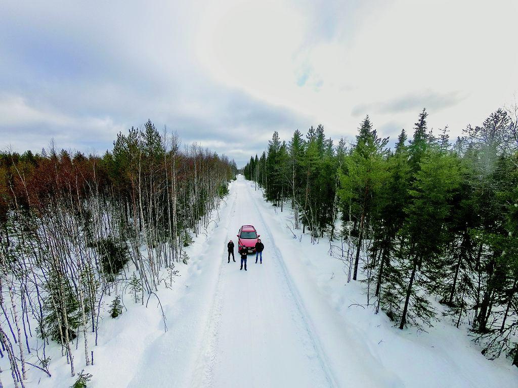 Taką białą szutrówką przejechaliśmy kawał drogi ze Szwecji do Finlandii.