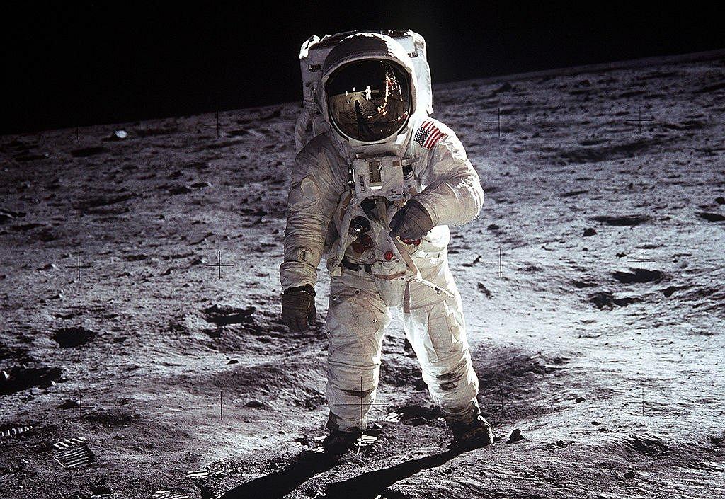 Astronauta Buzz Aldrin na powierzchni Księżyca. Księżyc jest jedynym pozaziemskim obiektem naturalnym, po którym chodziła istota ludzka (fot. NASA / wikimedia.org / domena publiczna)