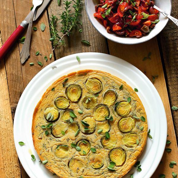 Socca z brukselką i salsą z oliwek i pomidorów