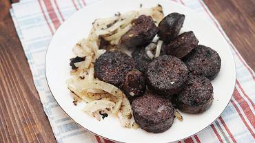 Kiszok - podsmażoną kaszankę z cebulką dodajemy do wywaru i gotujemy