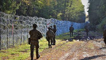 Żołnierze patrolujący granicę i zasieki