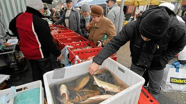 Sprzedaż żywych karpi na targowisku w Toruniu przed świętami w ubiegłym roku