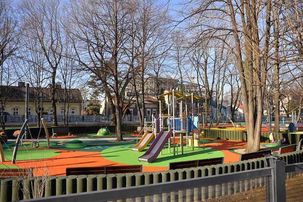 Zdjęcie numer 0 w galerii - Kolorowa nawierzchnia, oryginalne place zabaw, nowy pawilon. Tak zmienił się zaniedbany park [ZDJĘCIA]