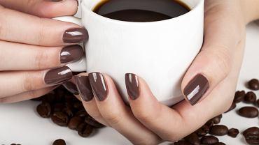 Eleganckie paznokcie w brązowym kolorze. Zdjęcie ilustracyjne