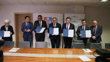 Podpisanie umowy pomiędzy PKP PLK a Zarządem Województwa Podkarpackiego na dofinansowanie kwotą 22 milionów złotych trzech kolejowych inwestycji