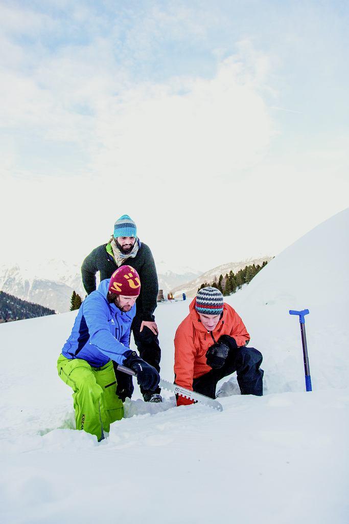Śnieg śniegowi nierówny. Trzeba wiedzieć, gdzie i jak ukroić, żeby powstały solidne bloki. Z trzech osób na tym zdjęciu tylko jedna wie, co robi.