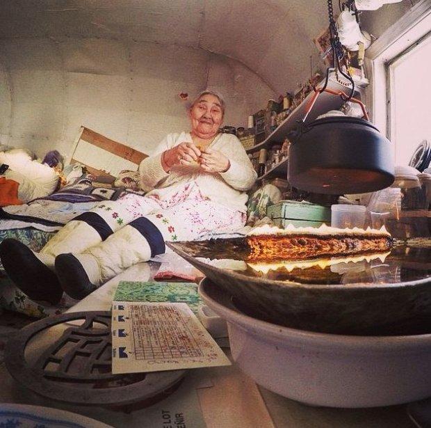 94-letnia Qappik Attagutsiak w swojej chatce