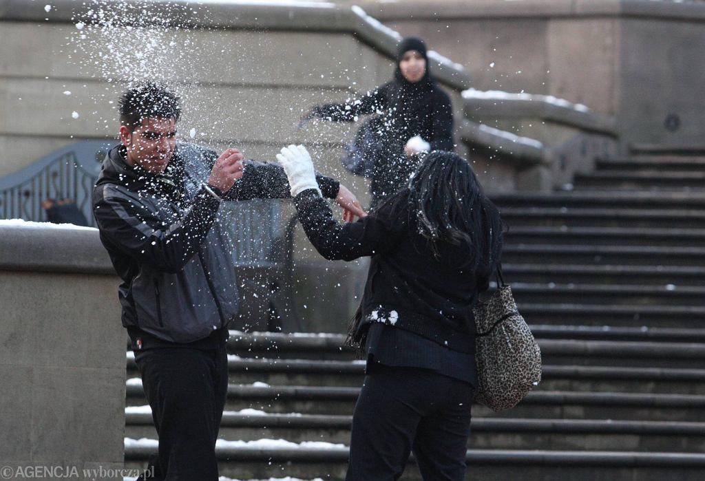 Amsterdam. Przechodnie rzucali śnieżkami, do zabawy dołączyli policjanci łamiąc obostrzenia