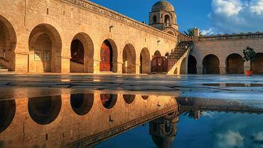 Dziedziniec Wielkiego Meczetu w Sousse. Stare mury odbijają się w tafli sadzawki.