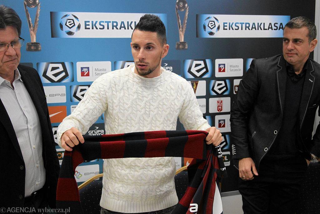 Adam Gyurcso podczas konferencji prasowej po podpisaniu kontraktu z Pogonią Szczecin