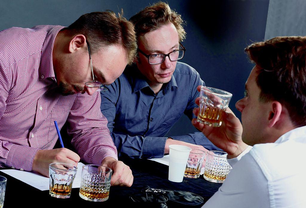 Na profesjonalną ocenę whisky składają się: oko, nos, smak i finisz. My najwięcej uwagi poświęciliśmy tym dwóm ostatnim aspektom.