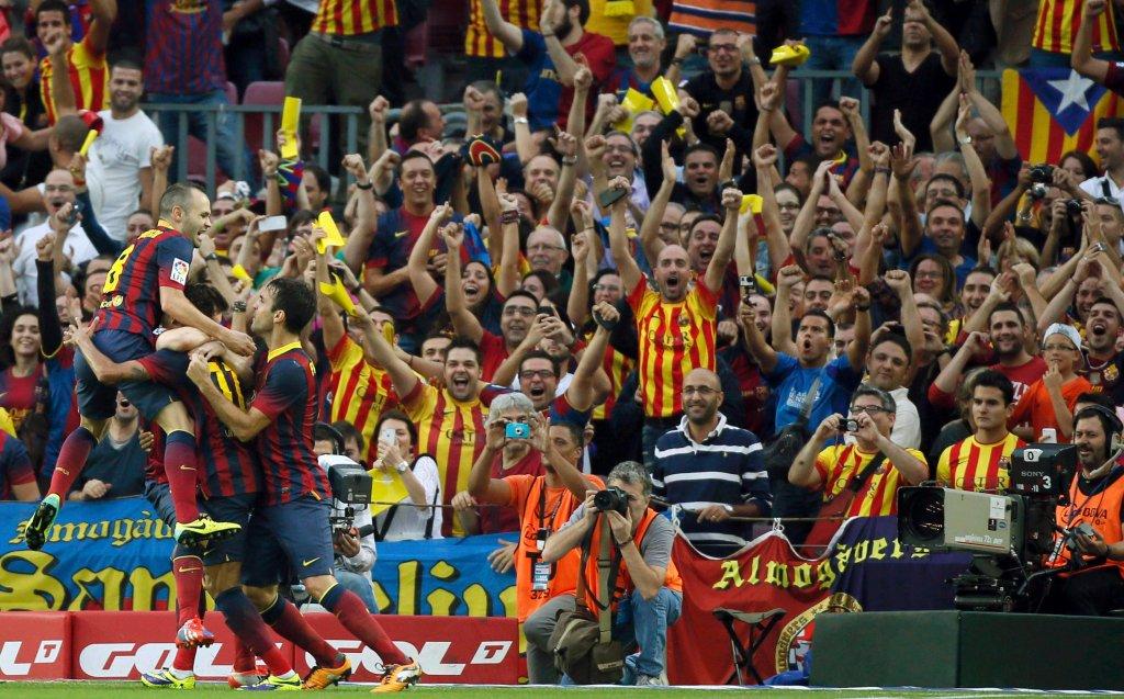 Gracze Barcelony wspólnie świętują prowadzenie, w tle kibice, którym szczególnie spodobały się nowe, wyjazdowe, zabarwione po katalońsku koszulki. Czyżby miały wyprzeć klasyczne barwy Barcy?