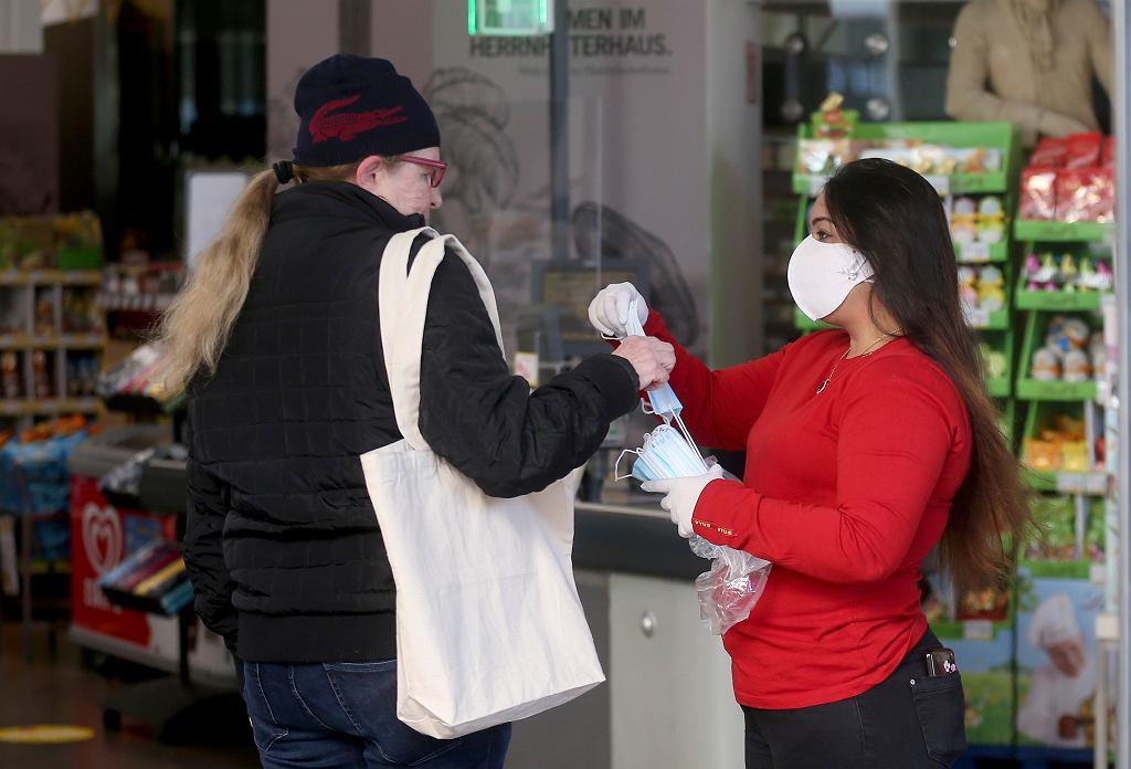 01.04.2020 Austria, Wiedeń. Wydawanie maseczek ochronnych klientom supermarketu.