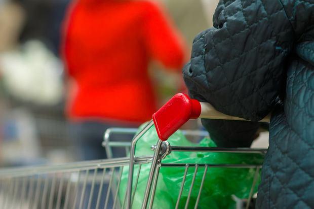 Kobietom w zaawansowanej ciąży i osobom starszym powinniśmy pomagać w wypakowywaniu zakupów, a jeśli inni klienci sklepu wyrażą zgodę, również przepuścić do przodu