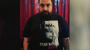 Tomasz Sekielski w koszulce z 'Tylko nie mów nikomu'