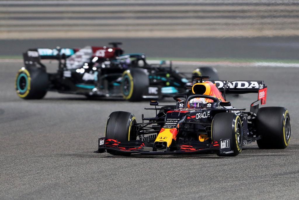 Max Verstappen z przodu, Lewis Hamilton z tyłu