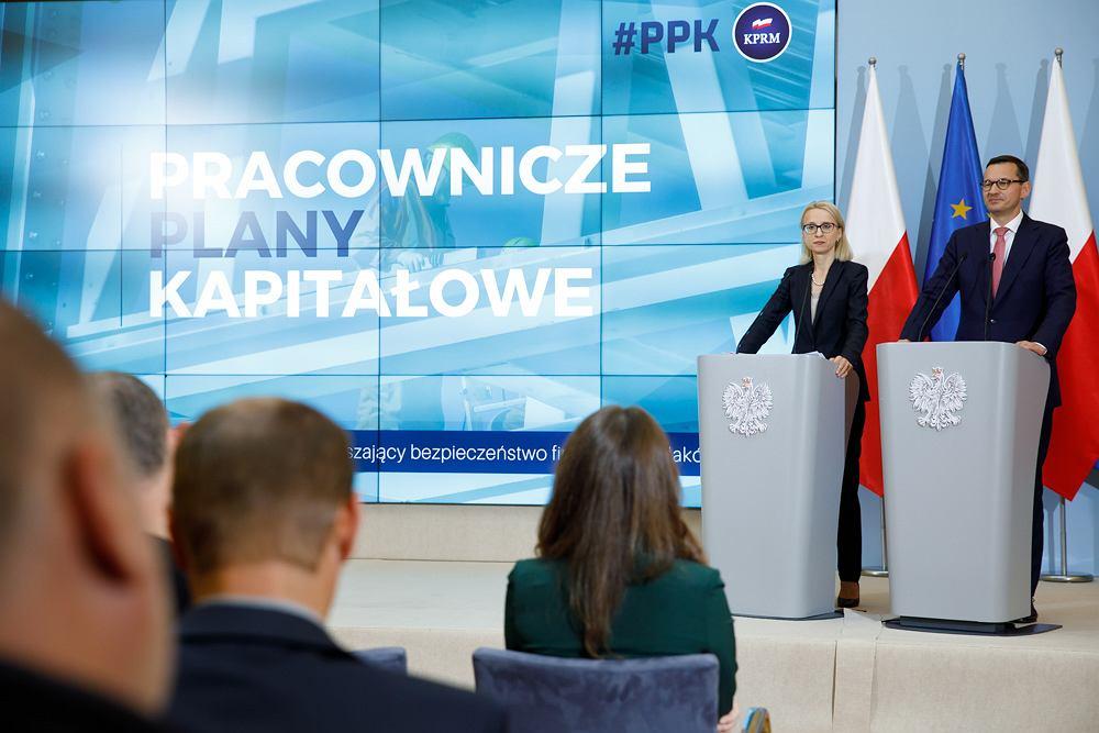 Premier Mateusz Morawiecki i minister finansów Teresa Czerwińska podczas prezentacji Pracowniczych Planów Kapitałowych