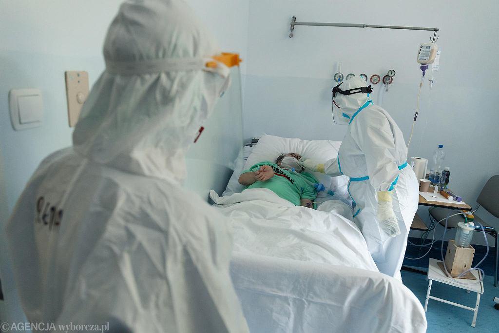 70-latek z przewlekłą chorobą płuc przyjechał do Wolicy z ośrodka opieki długoterminowej Salus. Jest podłączony do respiratora. Niewielkie urządzenie wielkości turystycznej lodówki stoi na stoliku i wspomaga jego oddech.