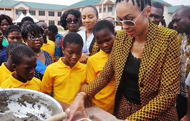 Omenaa Mensah podczas rozpoczęcia budowy szkoły w Ghanie (fot. materiały prasowe)