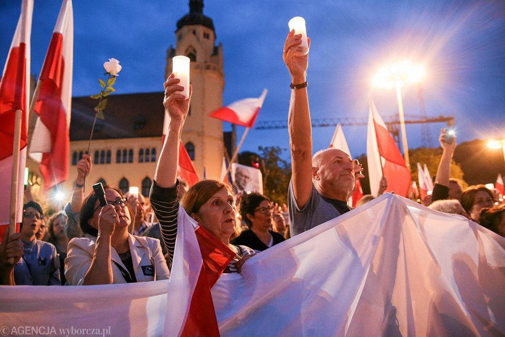 Lipiec, plac przed pomnikiem Kazimierza Wielkiego, protest w obronie wolnych sądów