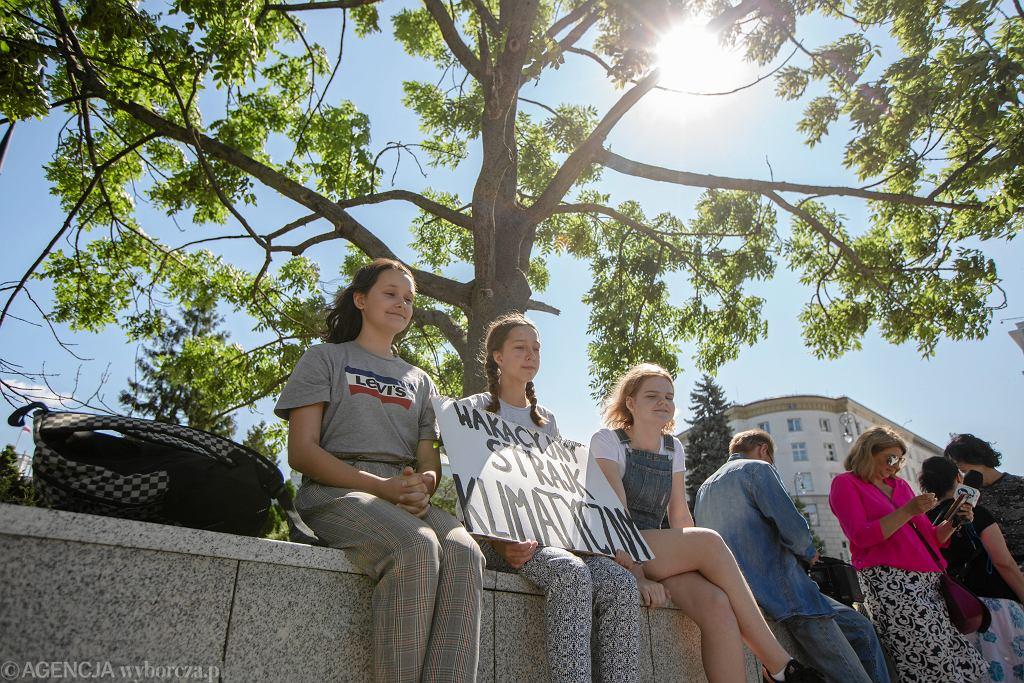 Wakacyjny strajk klimatyczny w Warszawie. 13-letnia Inga kolejny raz protestowała przed Sejmem i wzywała do walki z kryzysem klimatycznym