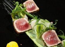 Tuńczyk na sałatce z nowalijek z bazyliowym majonezem i lodami cytrusowymi - ugotuj