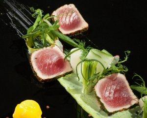 Tuńczyk na sałatce z nowalijek z bazyliowym majonezem i lodami cytrusowymi