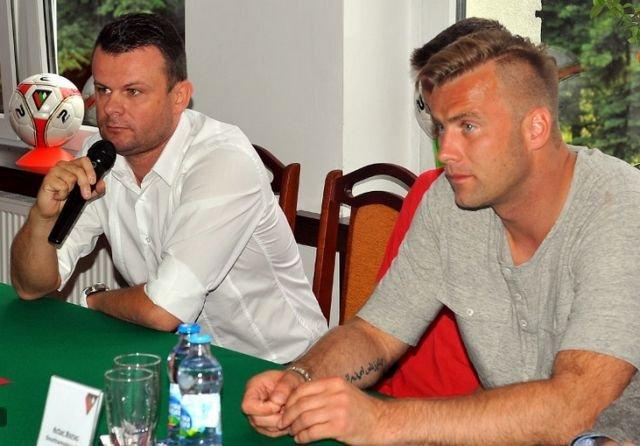 Prezes Zagłębia Marcin Jaroszewski na konferencji z Arturem Borucem, który został twarzą Piłkarskiej Akademii Zagłębie Sosnowiec