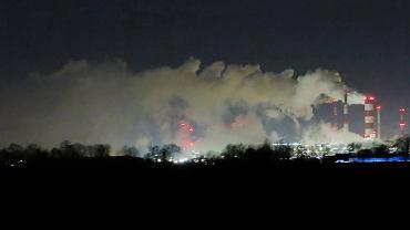 Dymiący Orlen nocą