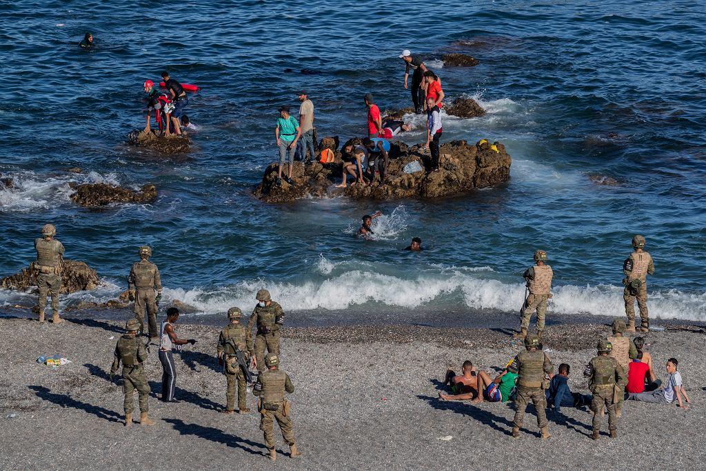 Hiszpańscy żołnierze pilnują plaży na hiszpańskiej enklawie Ceuta