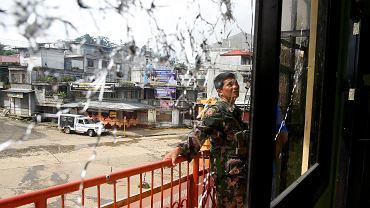 Ofensywa armii filipińskiej w 200 tysięcznym mieście Malawi, gdzie tydzień temu okopali się dżihadyści. U boku miejscowych islamistów walczą cudzoziemcy spod znaku ISIS, przybyli z Azji i krajów arabskich. A mogą jeszcze do nich dołączyć weterani z Iraku, Jemenu i Syrii.