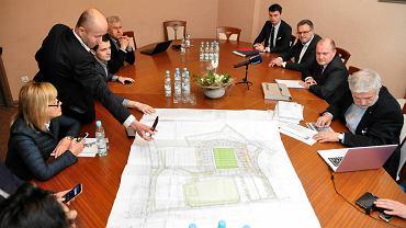 Prezydent Piotr Krzystek na spotkaniu z radnymi w sprawie stadionu