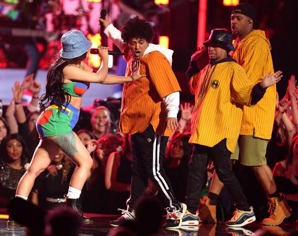 Bruno Mars i Cardi B wykonują przebój 'Finesse'. 60. gala rozdania nagród Grammy. Nowy Jork, Madison Square Garden, 28 stycznia 2018