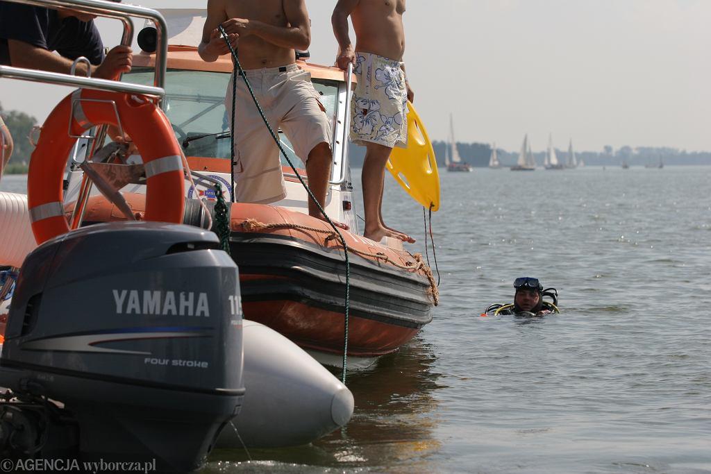 Poszukiwania na jeziorze Kisiajno wznowione. 39-letni mężczyzna wypadł z motorówki
