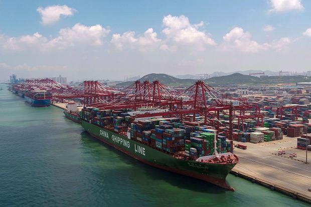 Donald Trump ogłasza nowe cła na chińskie towary, wcześniej odwetowe działanie Pekinu. Wojna handlowa się nasila.