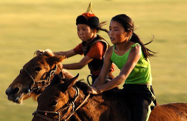 Konny wyścig podczas Festiwalu Naadam w Mongolii