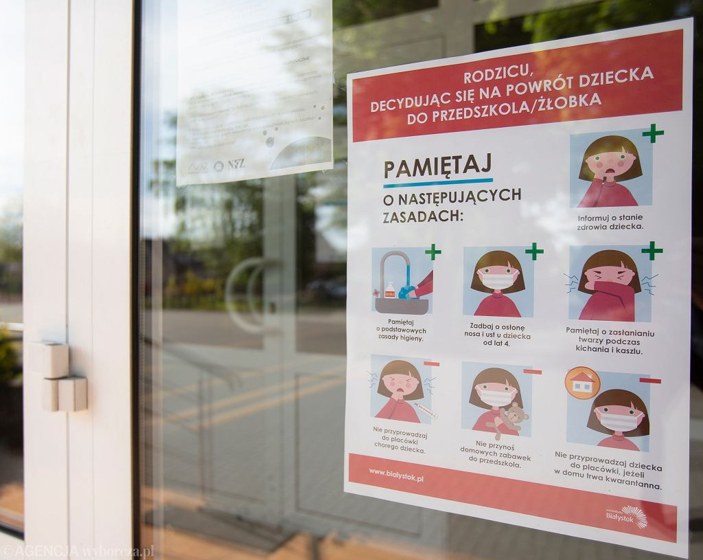 'Mówi się, że do wychowania dziecka potrzebna jest cała wioska, w obecnej sytuacji, aby szkoły mogły się bezpiecznie otworzyć, potrzebne jest nasze wspólne działanie. Zatem pamiętajmy o podstawowej ochronie w trakcie pandemii jak noszenie maseczek w przestrzeniach zamkniętych, zachowanie dystansu i częstym myciu rąk'.