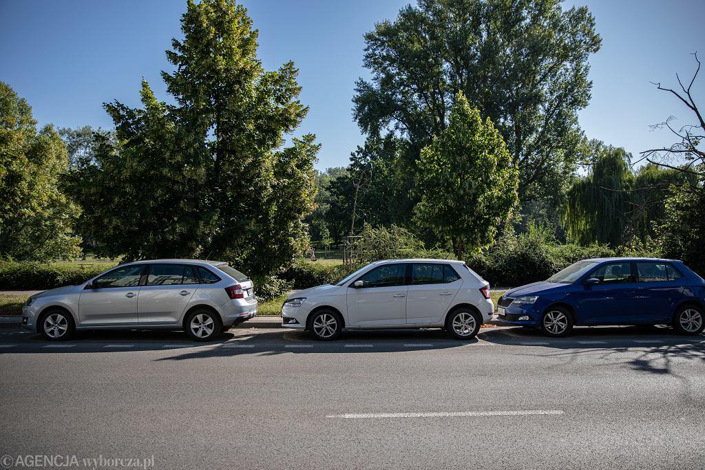 13.08.2020, Warszawa, samochody zaparkowany przy ul. Gwiaździstej 5