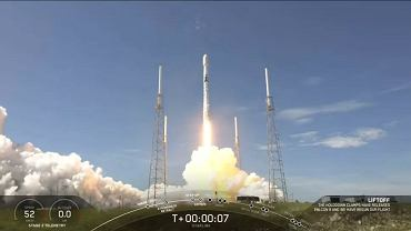 Wtorek, 16.30 naszego czasu. Rakieta Falcon-9 startuje z kosmodromu na przylądku Canaveral na Florydzie. Wynosi 58 satelitów Starlink oraz trzy satelity obserwacyjne SkySat