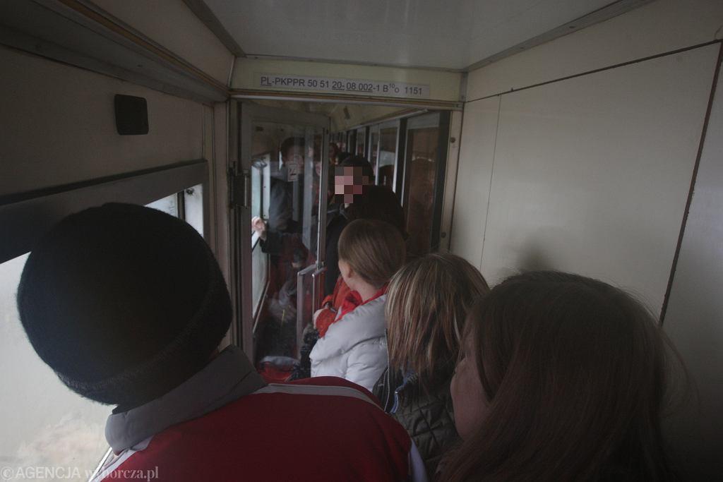 Zatłoczony pociąg. Zdjęcie ilustracyjne
