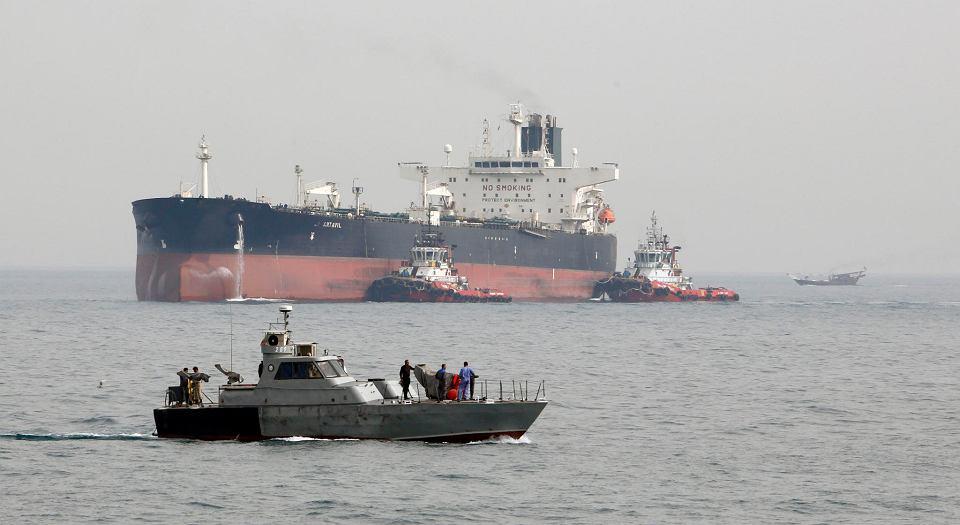 12.03.2017, Wyspa Chark, Iran, tankowiec dokuje do terminala naftowego.