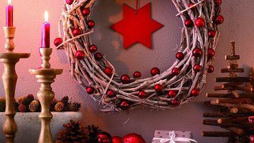 <B>Ozdobny bożonarodzeniowy wieniec prezentuje się równie dobrze na drzwiach wejściowych, jak i na ścianie w salonie. Jak - za pomocą odpowiednich narzędzi - szybko zrobić tę świąteczną dekorację?</B>