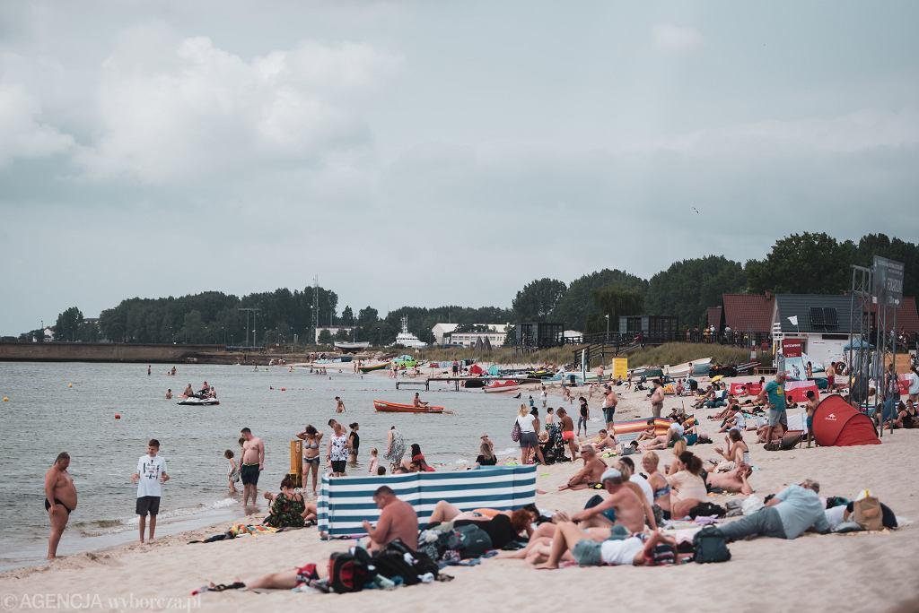 Ludzie na plaży - zdjęcie ilustracyjne